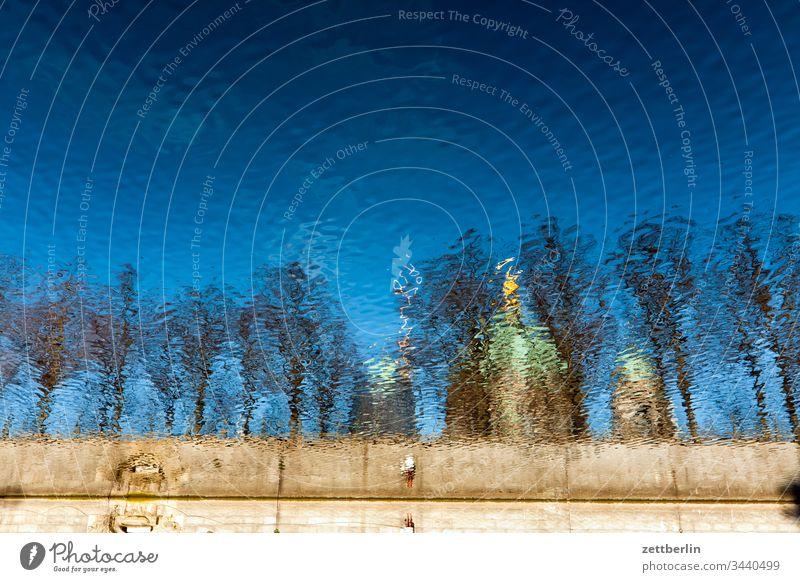 Berliner Dom, gespiegelt in der Spree archiketktur außen berlin deutschland frühjahr frühling hauptstadt haus licht museum museumsinsel schatten sonne
