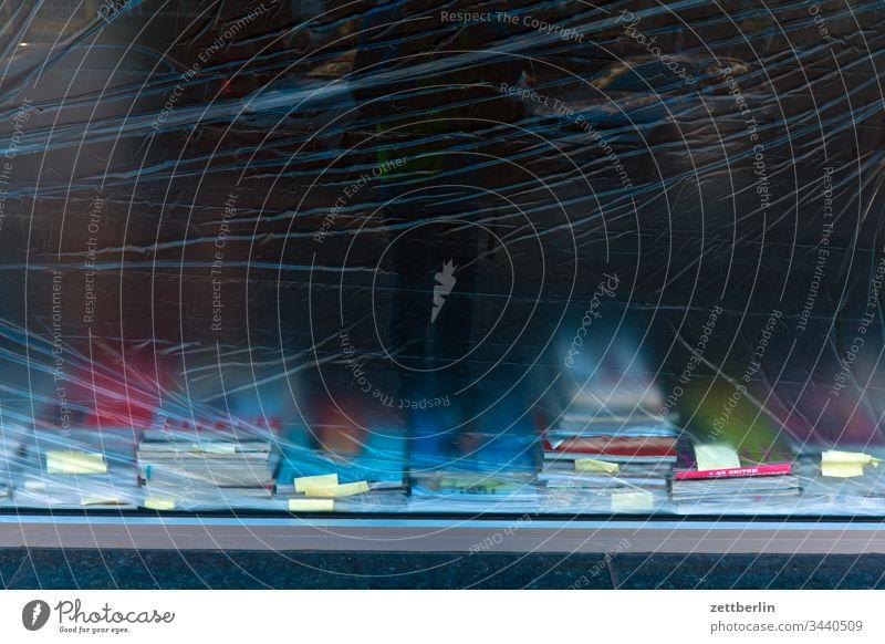 Buchauslage buch buchladen fenster schaufenster präsentation folie abdeckung isolation infektion gefahr sicherheit grenze schutz transparenz milchglas milchig