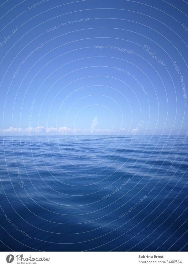 Wasserpanorama mit sanften Wellen und blauem Himmel Weiches Wasser weiche Wellen Wolken tropisch exotisch Panorama Urlaubsgefühl Boot Segel Schiff