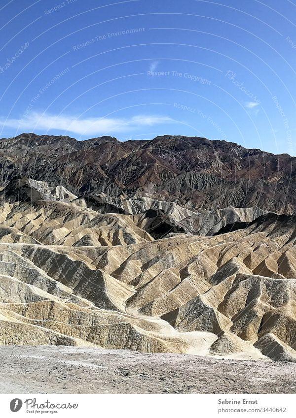 Wüstenlandschaft in Death Valley USA death valley tot wüste trocken hügel hügelig himmel blauer himmel panorama natur braun braunstufen sand wolken usa roadtrip