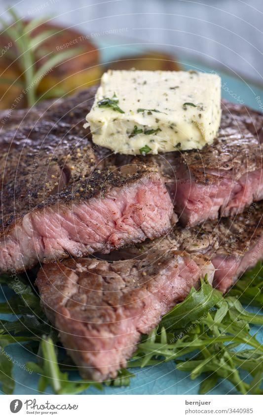 saftiges gegrilltes Steak auf dem Teller Knoblauch Kräuterbutter Kraut Butter Kartoffel Pilz Rosmarin Restaurant argentinisch Porterhouse Steak Filet geröstet