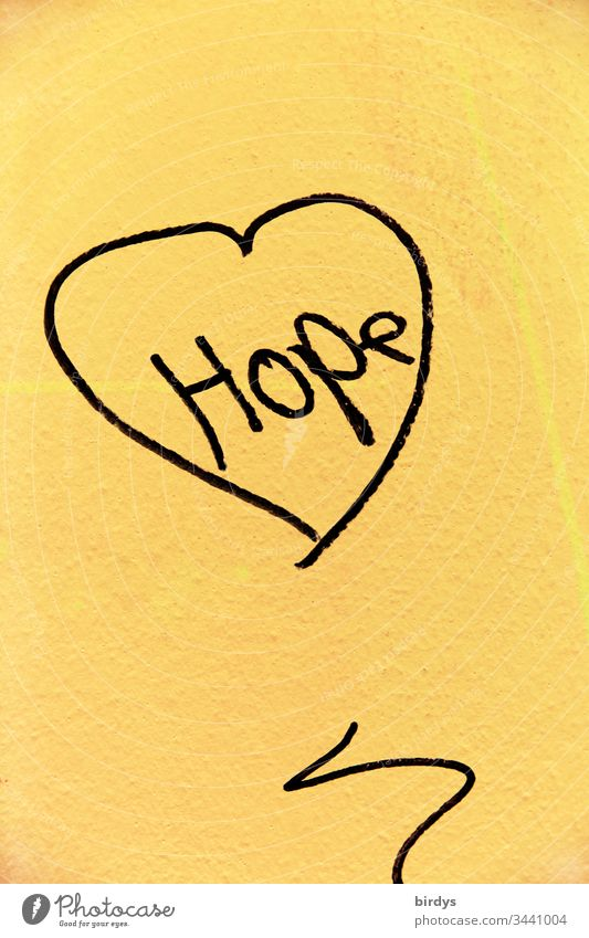 Hope, Hoffnung. Kleinod an Hauswand in schwierigen Zeiten einer Pandemie, persönlichen Nöten, der Coronakrise oder bei Krankheit. Sorge ums Überleben verknüpft mit dem Trost der Hoffnung und der Liebe . Herz als Quell der