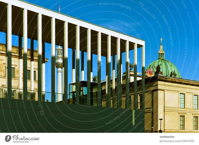 James-Simon-Galerie mit Fernsehturm und Berliner Dom außen berlin hauptstadt james simon galerie museum museumsinsel schatten spiegelung spree säule urban