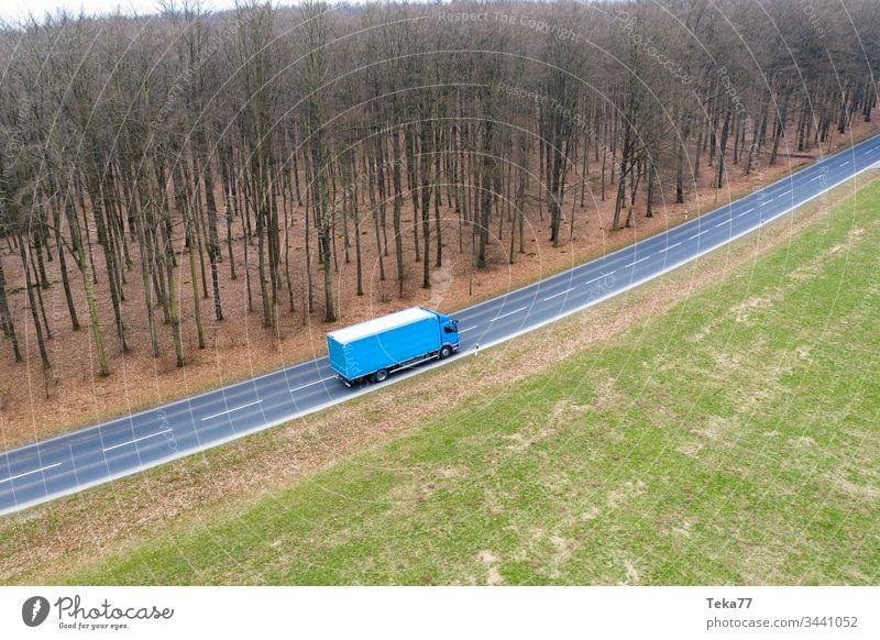 ein Lastwagen auf einer Landstraße von oben moderner Lastwagen Lkw-Transport moderner Transport Straßentransport Straße von oben Straße mit einem Lastwagen