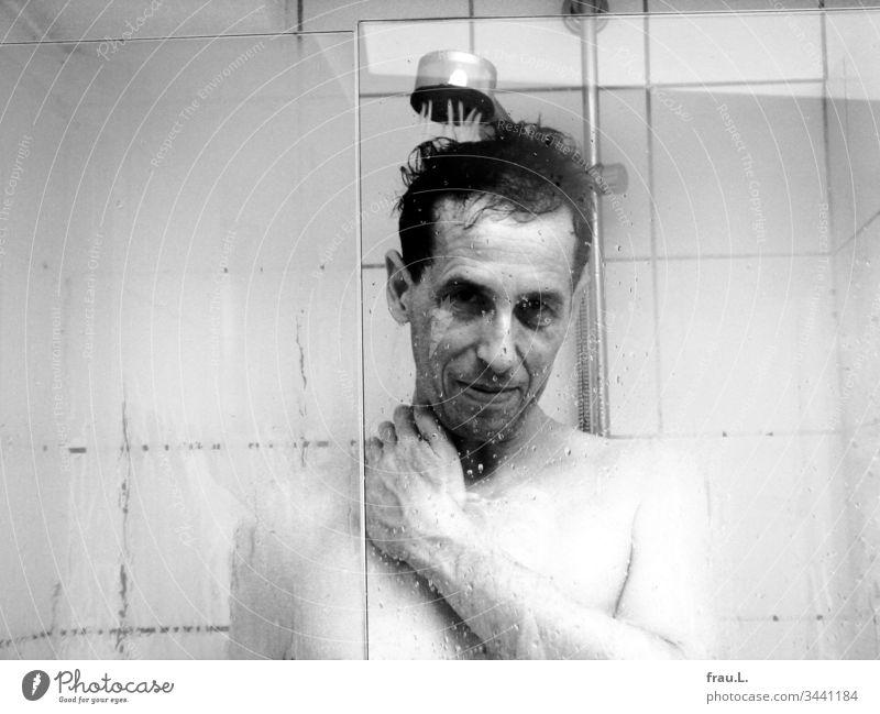 Es war ihm ein diebisches Vergnügen, so lange zu duschen, bis sie  ihm ärgerlich die rote Karte des Energieverbrauchs zeigte. Mann Badezimmer Dusche