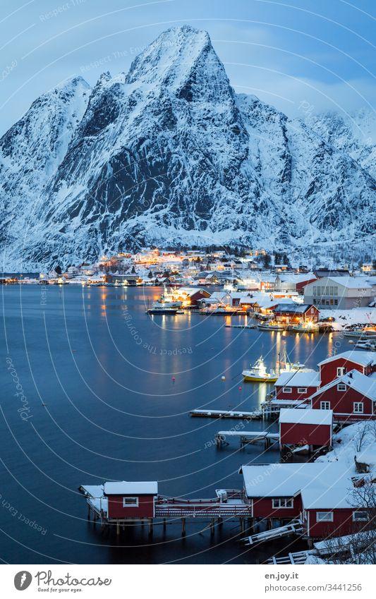 Verschneite Kleinstadt am Fjord vor Bergen zur blauen Stunde Blau Urlaub berühmt Sehenswürdigkeit Wasser Nacht Abend blaue Stunde Idylle Licht Fischerdorf Insel