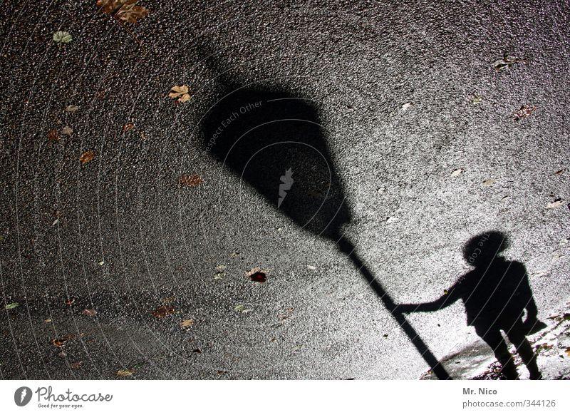 Nachtwächter Umwelt Kleinstadt Altstadt Fußgänger Wege & Pfade festhalten außergewöhnlich dunkel Einsamkeit Nachtleben Herbstlaub Asphalt Straßenbelag