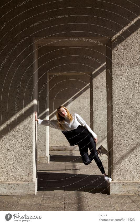 schräg | Hübsche junge Frau in lässiger Pose. Junge Frau Jugendliche 18-30 Jahre entspannt diagonal urban selbstbewußt hübsch attraktiv blond langhaarig
