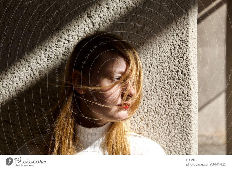 Gedanken, vom Wind erfasst. | Porträt einer jungen Frau, deren lange Haare vom Wind verweht werden. Junge Frau Jugendliche 18-30 Jahre Profil nachdenklich
