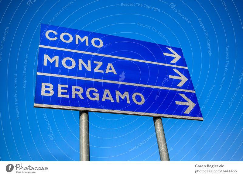 Richtung der Städte Italien Straße Zeichen Italienisch Himmel Mast Information Wegweiser Raum Anzeige Panel Holzplatte Como Großstadt Werbung monca Pfeil