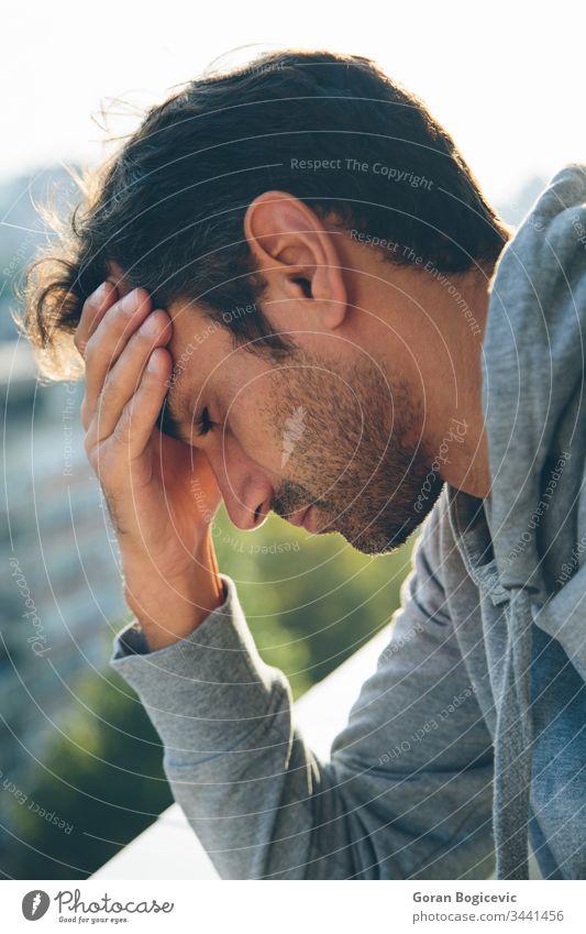 Besorgter junger Mann traurig Depression männlich Traurigkeit unglücklich Problematik Typ Ärger Schmerz deprimiert Trauer leiderfüllt Ausdruck Person Kaukasier