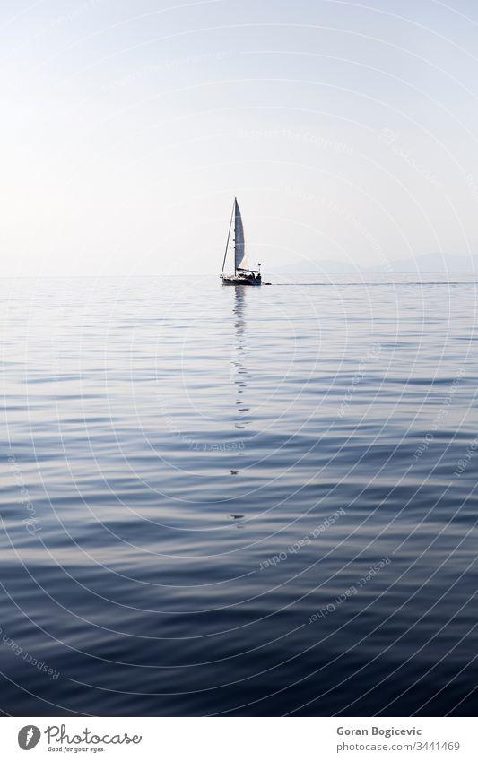 Segelboot auf einer ruhigen Meeresoberfläche maritim mediterran Yachting im Freien Tag Meereslandschaft marin winken reisen MEER Natur Wasser Boot Windstille