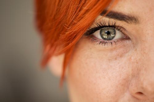 Weibliches Auge Verlockung attraktiv schön Schönheit blaue Augen hell Kaukasier Nahaufnahme niedlich Eleganz Augenbraue Gesicht Mode Frau Weiblichkeit Mädchen
