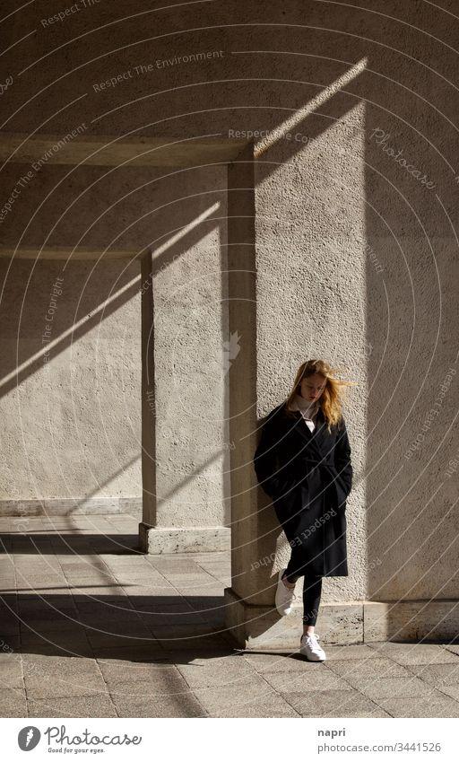 Lost in transition. | Junge Frau steht nachdenklich an eine Mauer gelehnt. Jugendliche 18-30 Jahre grübeln allein Denken Einsamkeit Traurigkeit Trauer