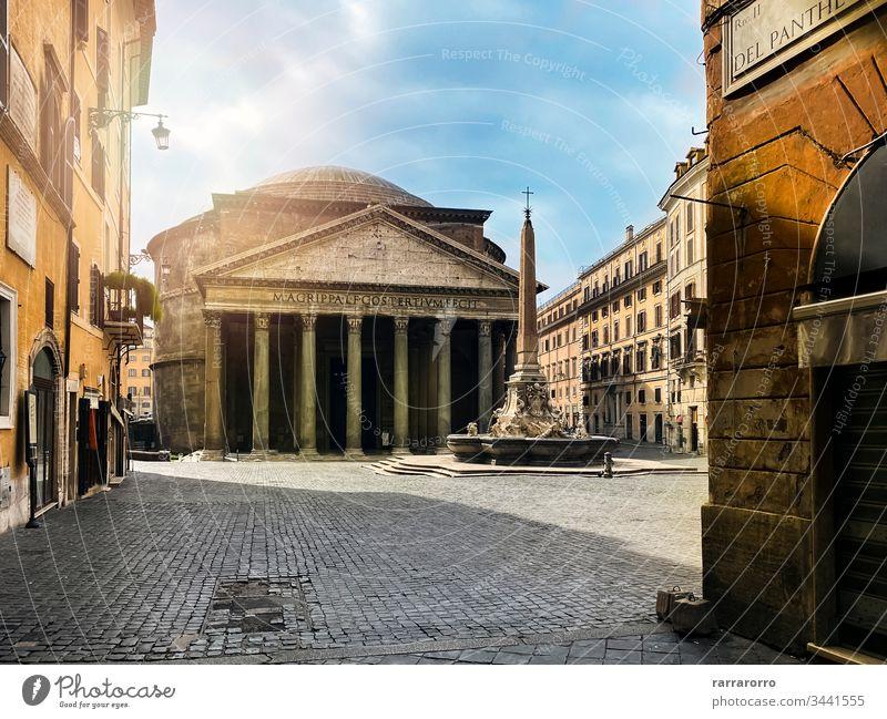 Das Pantheon und der Brunnen auf der Piazza della Rotonda in Rom von der Via del Pantheon aus gesehen. Italien Tourismus Großstadt antik Tempel Kirche