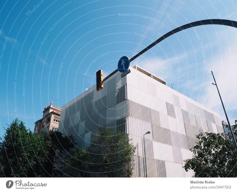 Hochhaus mit Verkehrsschild vor blauem Himmel Architektur Moderne Architektur Fassade Hochhausfassade modern aufwärts Außenaufnahme himmelwärts