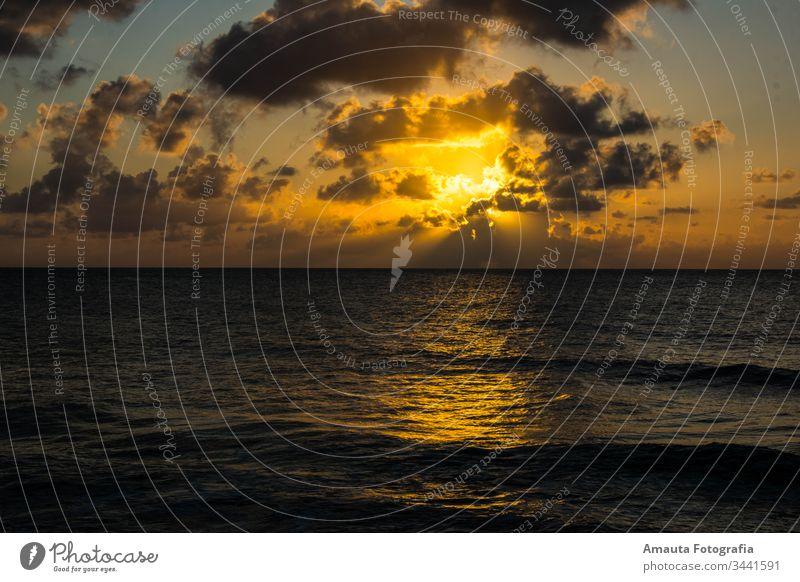 Sonnenuntergang auf der Insel San Andres stylisch idyllisch Meereslandschaft Landschaft Wolken orange Farbe Kontrast Wellen Karibik Wasser Horizont Sonnenlicht