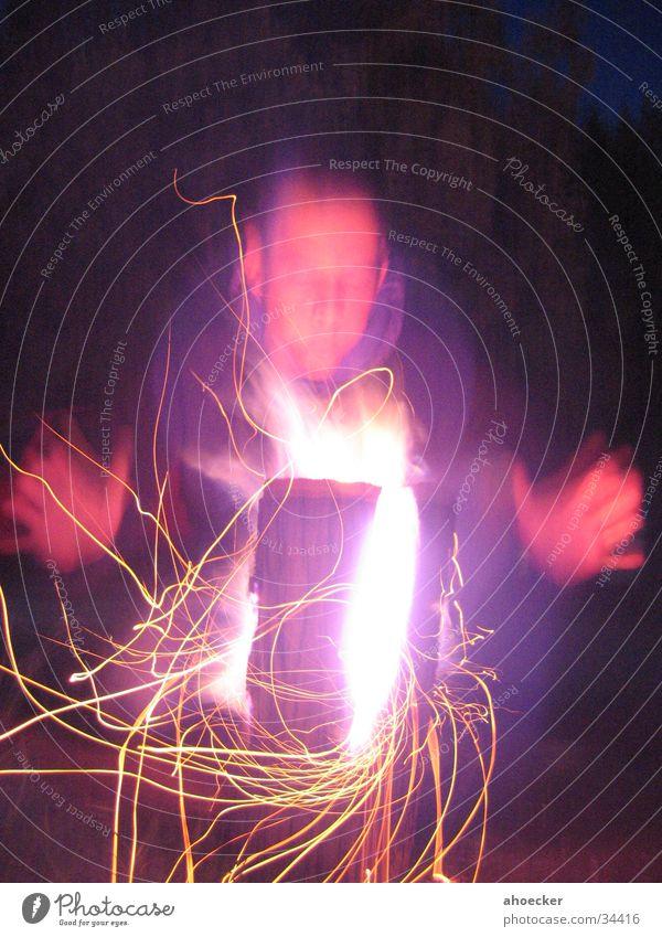 Funkenschlag Langzeitbelichtung Licht Schwedenfeuer Hand glühen Wärme Mensch Flamme