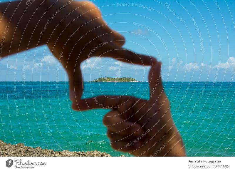 Meereslandschaft von Johnny Cay gerahmt Hand Rahmen Karibik Karibisches Meer San Andres Kolumbien sieben Farben Meer türkis einzigartig idyllisch perfekt Strand