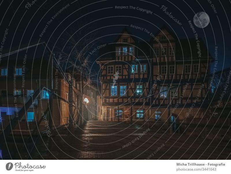 Altstadt Erfurt bei Nacht Thüringen Fachwerk Fachwerkhaus Brücke Fluss Stadt Fassaden Fenster Geländer Abend Bäume Mond Mondschein Laternen Gasse Tourismus