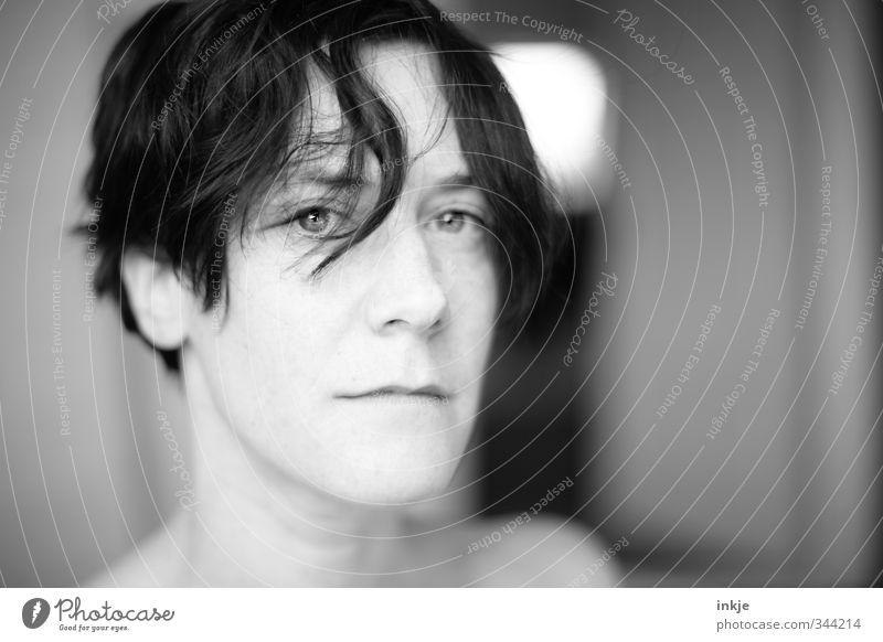 • Lifestyle Stil Frau Erwachsene Leben Haare & Frisuren Gesicht 1 Mensch 30-45 Jahre schwarzhaarig kurzhaarig Haarsträhne Wuschelkopf Denken Blick stehen