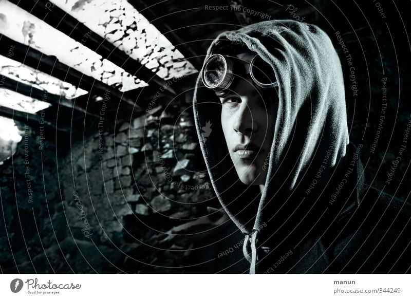 Schattenreich Keller Dachboden Mensch maskulin Junger Mann Jugendliche Erwachsene Leben Gesicht 1 Bruchbude Ruine Mauer Wand beobachten Denken warten bedrohlich