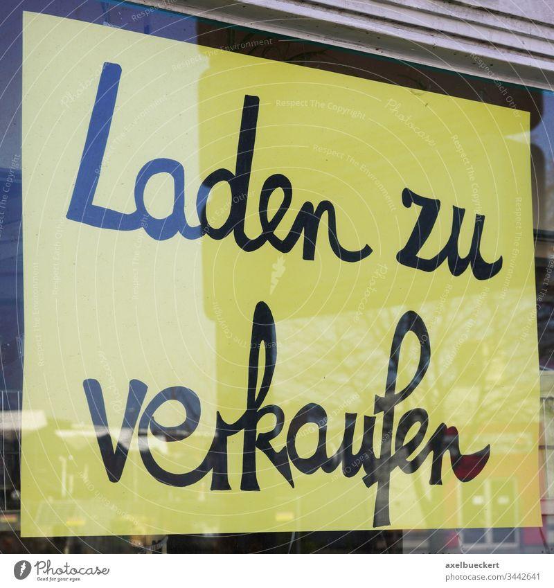 Laden zu verkaufen Schild Deutsch Fenster Deutschland Wirtschaft Krise Business Coronavirus geschlossen Bankrott bankrott Glas schließen Konzept niemand
