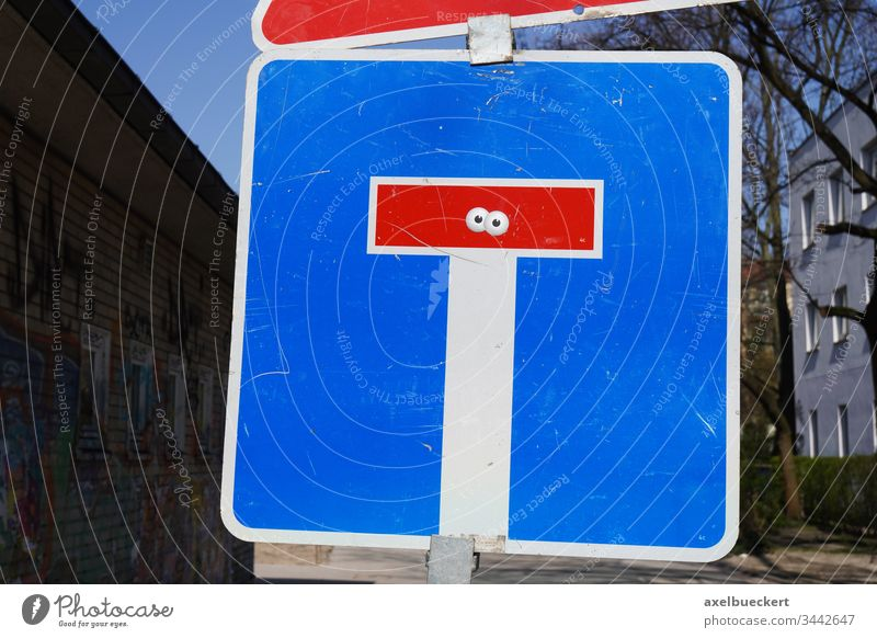 Sackgasse Verkehrsschild mit Augen Straße Menschenleer Verkehrszeichen Tag Straßenverkehr Stadt Ende augen Aufkleber streetart witzig skurril