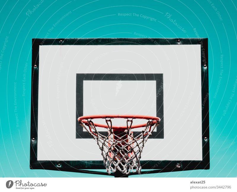 Basketballkorb auf grünem Hintergrund sportlich Rückwand Korb Holzplatte kreisen Konkurrenz Gericht eintauchen Gerät Spiel Reifen im Innenbereich vereinzelt