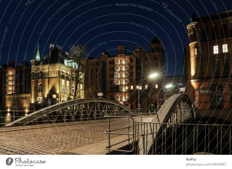 Nacht in Hamburgs Speicherstadt. Hafen Lagerhaus storehouse Kanal urban Elbe Brücke Gebäude Architektur Fluss Licht Ebbe Fleetschlösschen Handel Gewerbe