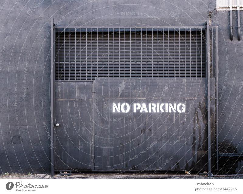 Kein Parken Los Angeles Straße grau schwarz anthrazit kein Parken weiss gesprüht Tor Mauer Rohr Gitter Schutz Tür außen düster Stadt Verbot verboten Wand