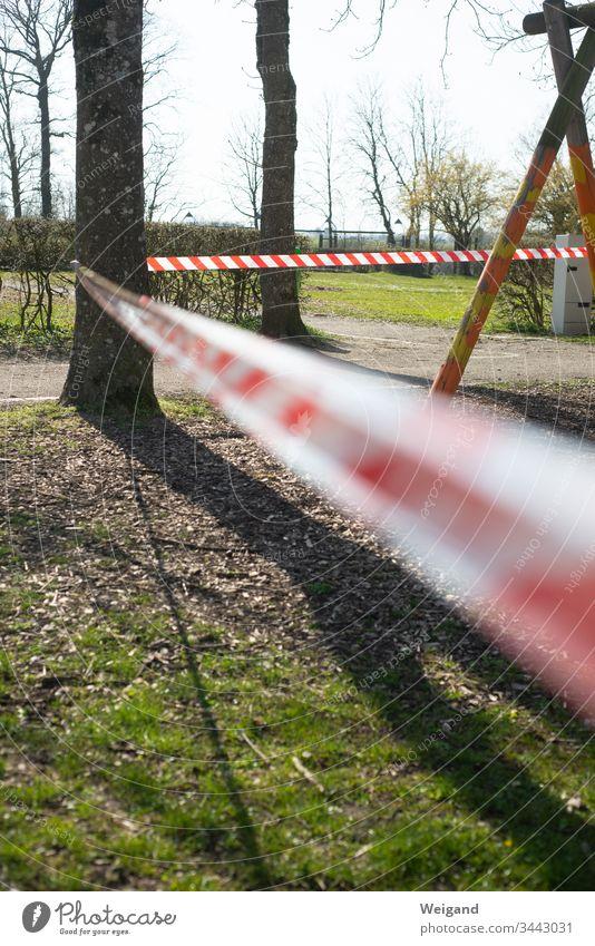 Absperrung verboten Tatort Spielplatz coronavirus coronakrise Band Gefahr gefährlich Virus Quarantäne Pandemie Schutz Infektion Corona-Virus COVID Krankheit