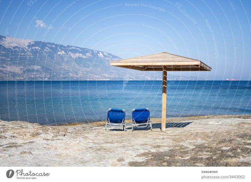 Hängematte und Sonnenschirm an einem Felsstrand in Kefalonia, Griechenland amandakis Strand schön blau Windstille Stuhl Küste Küstenstreifen Küstenlinie Konzept