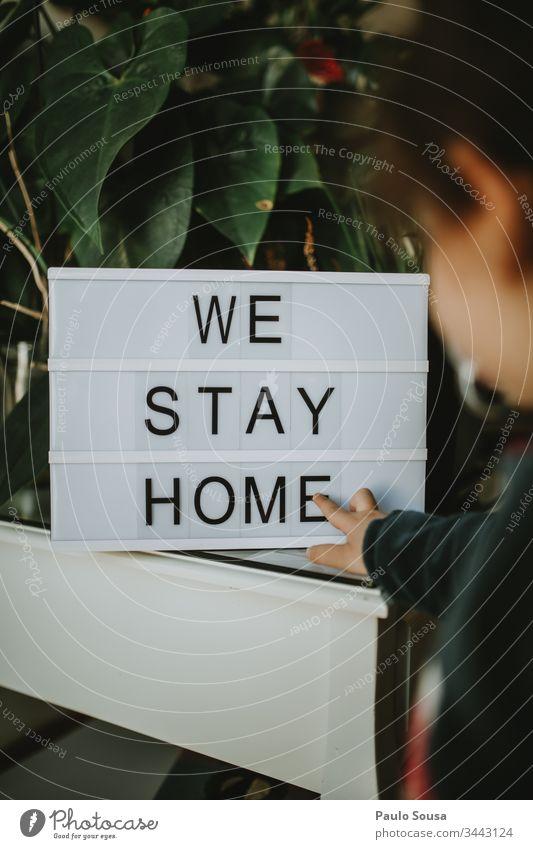 Kind schaut Botschaft an Bleiben Sie zu Hause zu Hause bleiben Quarantäne Quarantänezeit sicher bleiben heimwärts Lifestyle Nachricht Beschriftung Textfreiraum