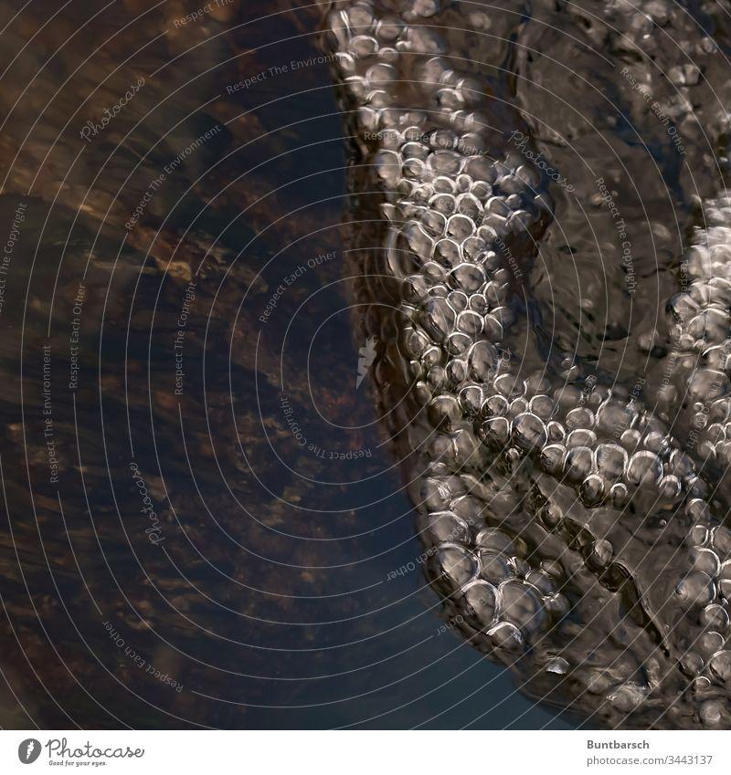 Blubberblasen Warnow Fluss Blasen Bläschen Sprudel nass Wasser Fischtreppe Wirbel Spiegelung Schaum Schäumen Flussbett schäumen Gischt Außenaufnahme blau
