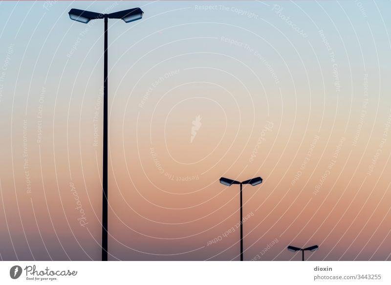 3 Strassenlaternen vor Abendhimmel Straßenbeleuchtung Licht Laterne Verkehrswege Himmel Menschenleer Außenaufnahme Beleuchtung Straßenverkehr Lampe Stadt
