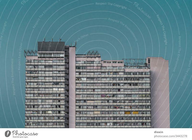 Geschosswohnungsbau [1] Hochhaus Architektur Gebäude Stadt Fassade Bauwerk Balkon Fenster Plattenbau Außenaufnahme stadtbild urban Wohnung Beton trist grau Tag