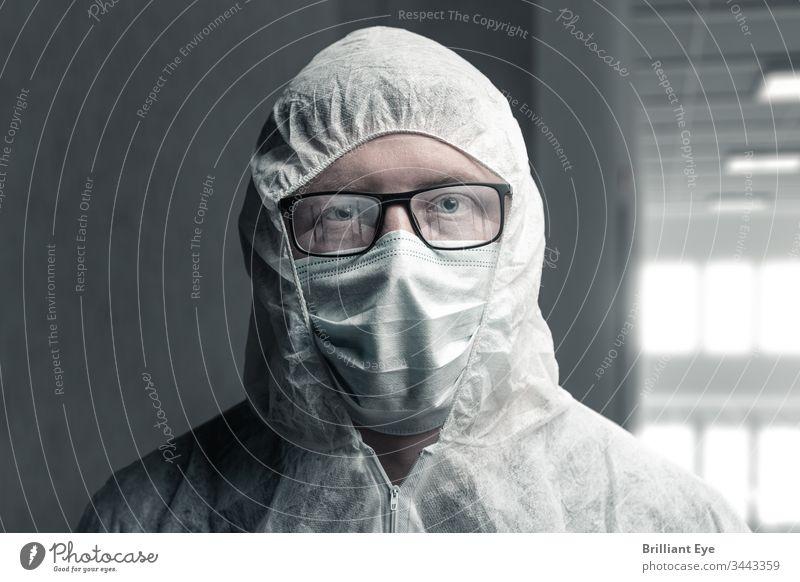 Porträt eines Mediziners in Schutzanzug und mit reflektierender Brille, die ein leeres Krankenhaus abbilden Pflege Konzept Coronavirus Gang Gefahr dunkel