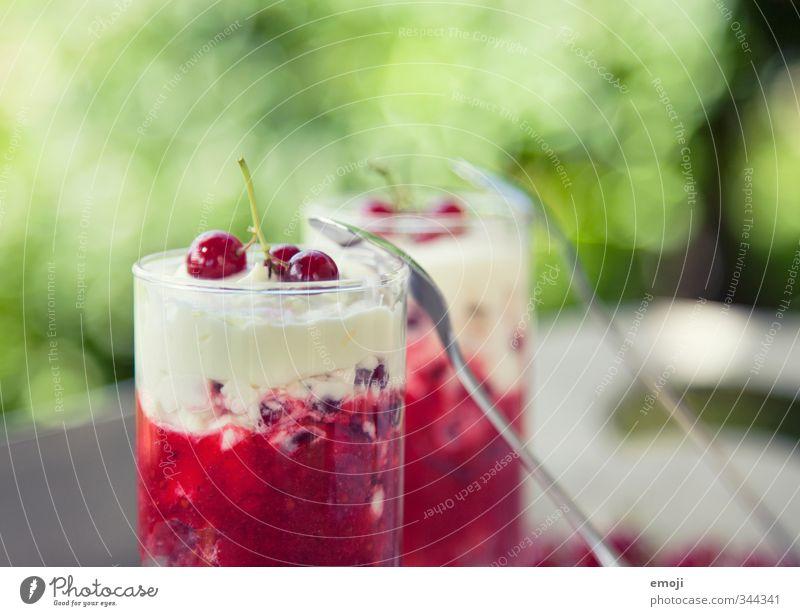 sommerlich Frucht Dessert Speiseeis Süßwaren Ernährung Glas Löffel lecker sauer süß Johannisbeeren Sahne Farbfoto Außenaufnahme Nahaufnahme Menschenleer Tag