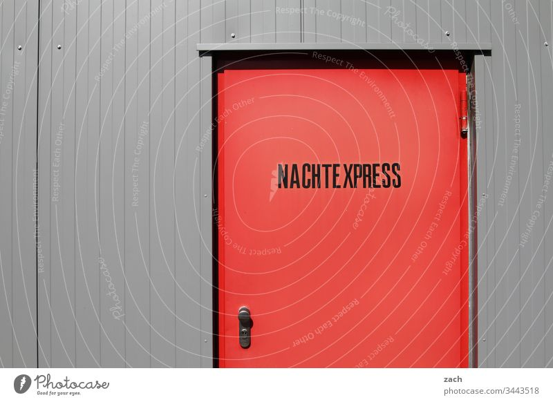 rote Tür mit der Aufschrift Nachtexpress Nachtarbeit Nachtleben Express Mauer Zeichen Schriftzeichen Gebäude Deutschland Berlin Hauptstadt Wand Außenaufnahme