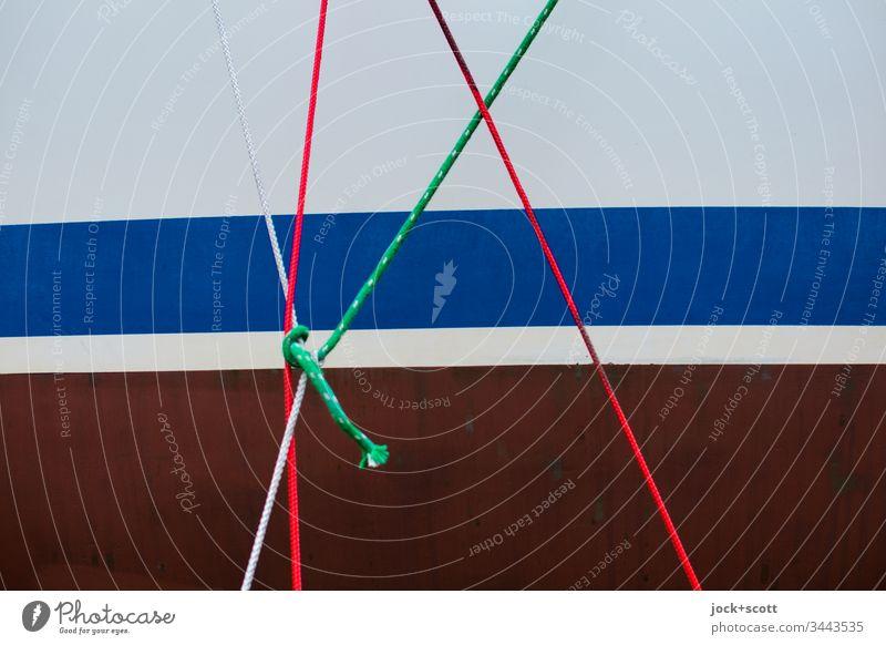 Seile, Knoten und Streifen an einer Bootswand Schiffswand Tau Linien Detailaufnahme Zusammenhalt Sicherheit Ordnungsliebe maritim Nahaufnahme Farbfoto