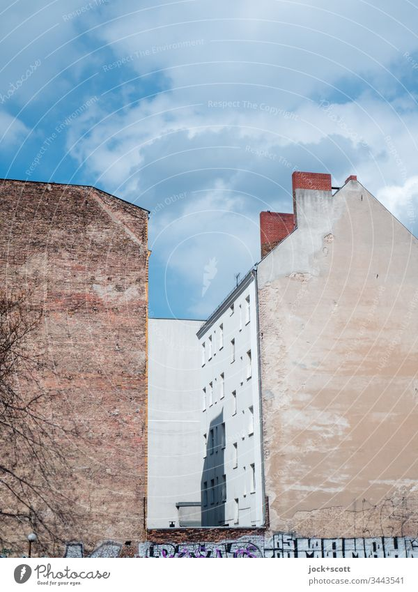 Brandmauer und Hinterhof an einem kühlen Tag Sonnenlicht Fassade Stadthaus Himmel Hof Wolken Textfreiraum Graffiti Lücke Wandel & Veränderung Ausdauer Altbau