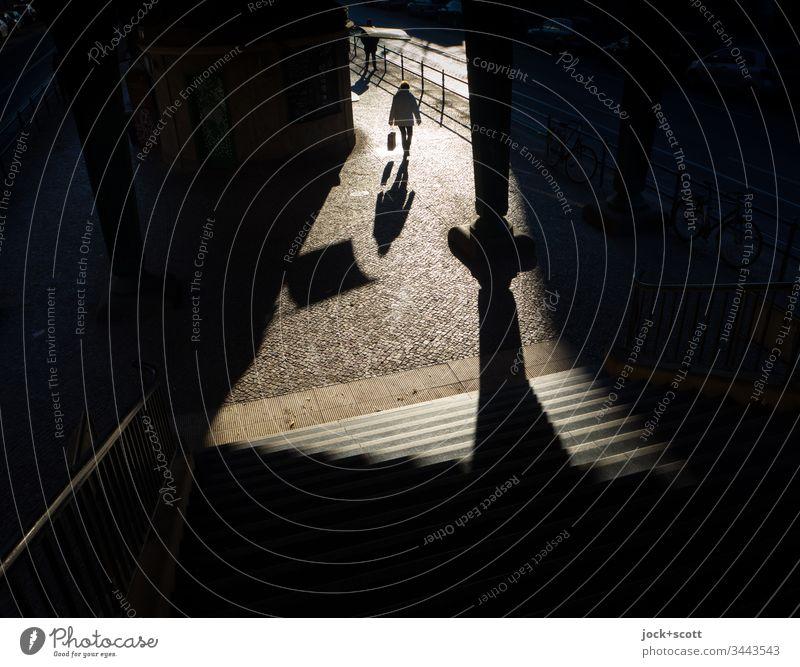 unbekannte Frau bewegt sich im Licht aus der Dunkelheit Rückansicht Ganzkörperaufnahme Weitwinkel Totale Vogelperspektive Starke Tiefenschärfe