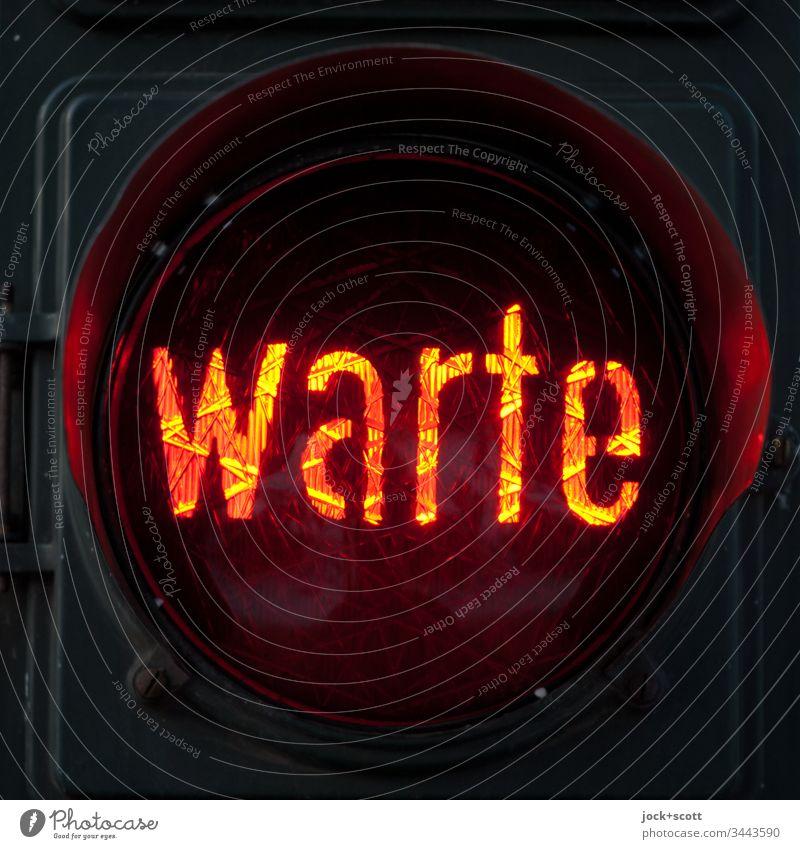 Ampel für Fußgänger, rot Kunstlicht authentisch Öffentlicher Personennahverkehr leuchten Verkehrszeichen Wachsamkeit Wort Verkehrswege Streulicht Ordnung