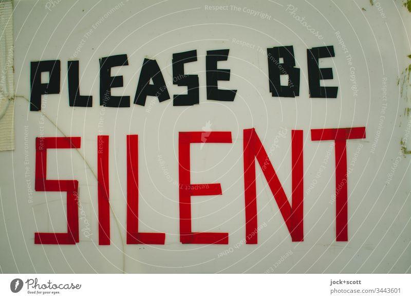 Bitte schweigen Buchstaben Hinweisschild Akzeptanz Erwartung Hintergrund neutral Freisteller Typographie Englisch Sprache Mitteilung Text Ruhe Sozialverhalten