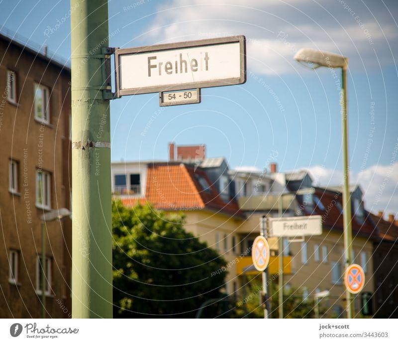 Freiheit liegt mitten in der Stadt, leider mit Halteverbot Straßenschild Häuserzeile Hausnummern Verkehrswege Verkehrsschild Einmündung Straßenname Himmel