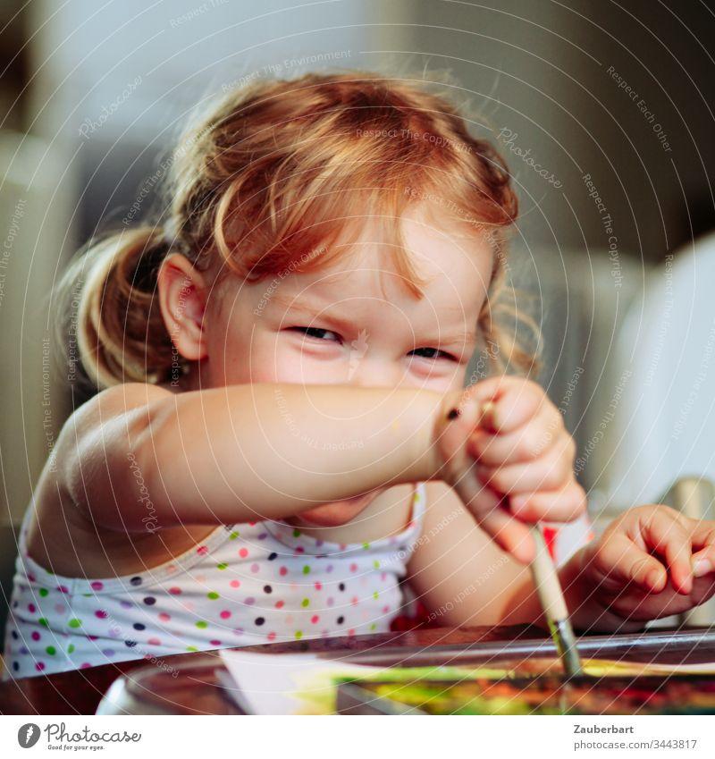 Kleines süßes Mädchen strahlt und malt mit Wasserfarben Kleinkind Kind Kindheit lachen Glück malen spielen Lebensfreude Fröhlichkeit 3-8 Jahre Farbfoto blond