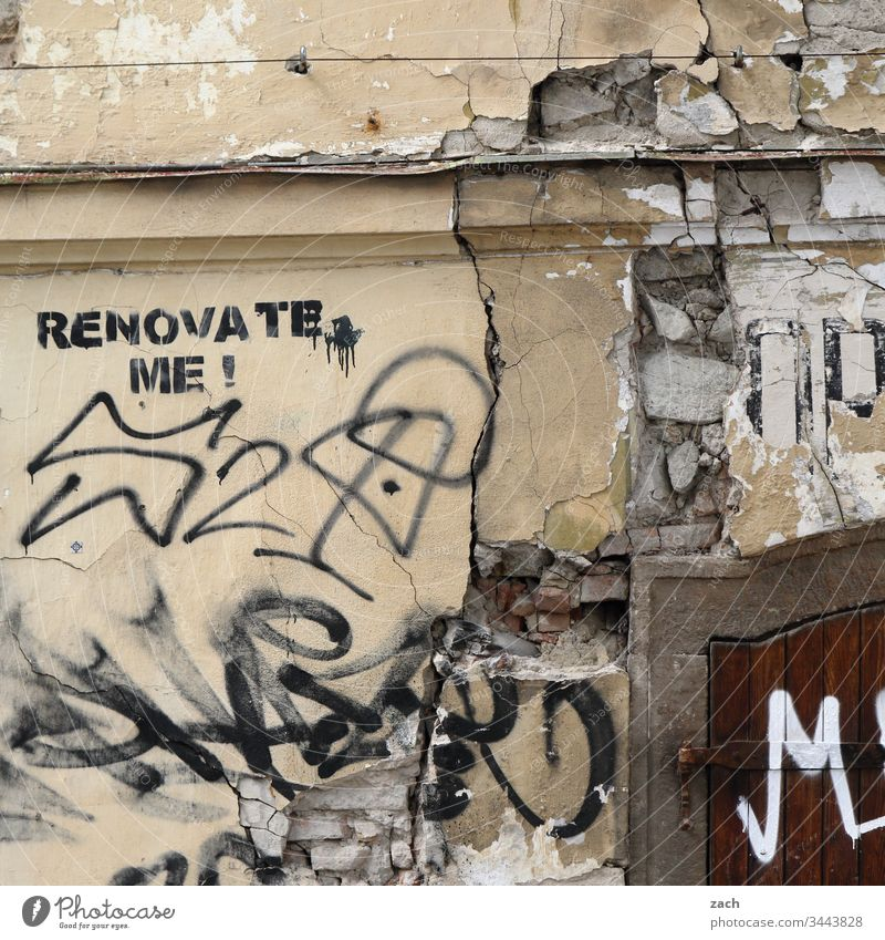 """marode Fassade eines Hauses mit der Aufschrift """"Renovate me"""" Vergangenheit Renovieren Mauer Wand Farbfoto Vergänglichkeit Zerstörung kaputt alt Ruine Verfall"""