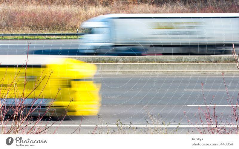 Fahrende Lastkraftwagen auf einer Autobahn, Bewegungsunschärfe, Logistik, Versorgung der Bevölkerung mit Dingen des alltäglichen Bedarfs lkw
