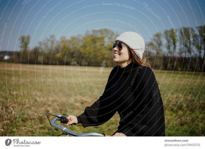 Fahrrad fahren Fahrradtour Fahrradfahren Außenaufnahme Fahrradweg Wege & Pfade Verkehrswege Straße Freizeit & Hobby Bewegung Straßenverkehr Farbfoto